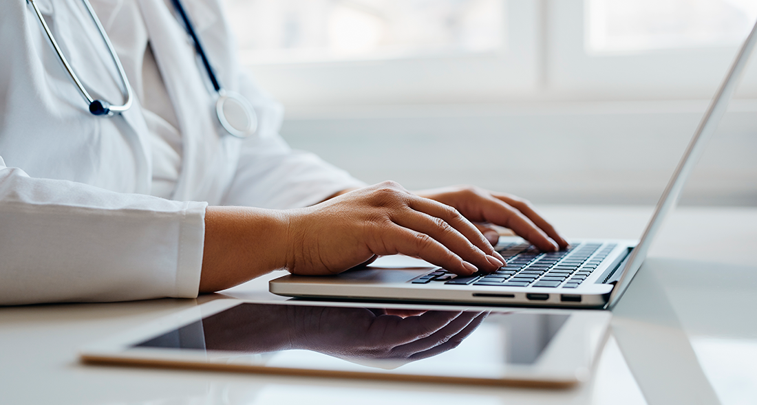 Médico-a-usar-o-computador-proteção-de-dados