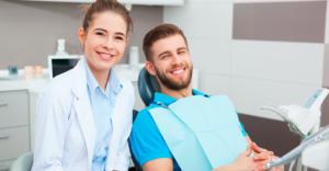 Médico-e-paciente-felizes