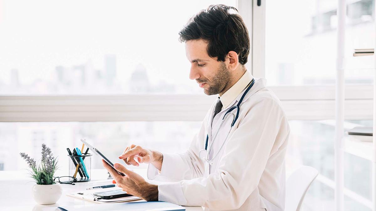 Médico-a-usar-um-tablet-Add-Ons-NewSoft-DS